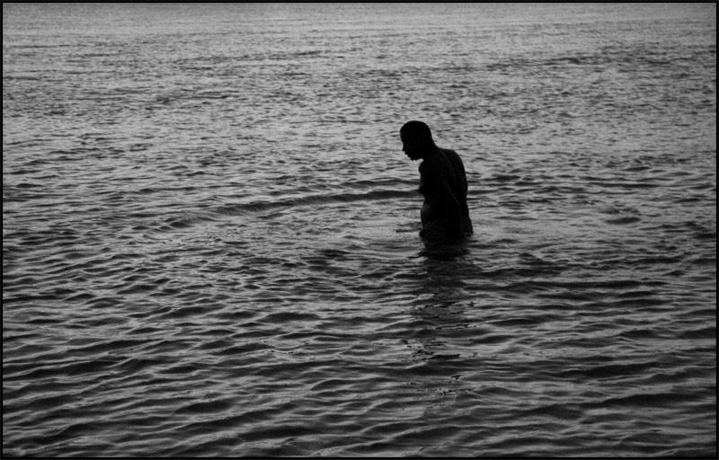 Imagen De Baño Hombre:Wakarimasen: Hombre dándose un baño en un río